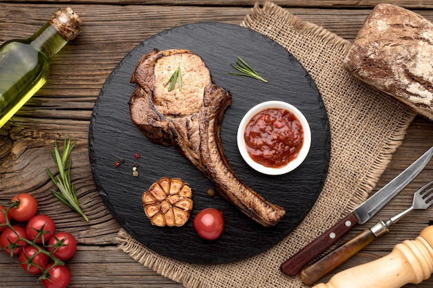Leckeres fleisch mit sauce auf holzbrett
