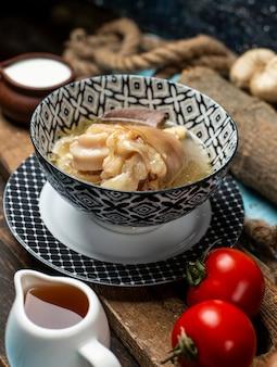 Leckeres fleischgericht mit zwieback, essig auf dem tisch