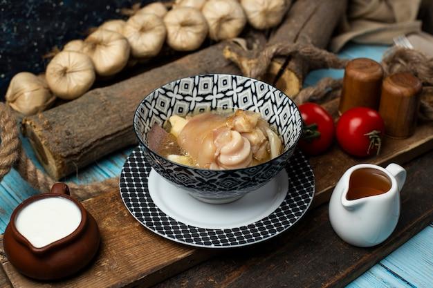 Leckeres fleischgericht mit zwieback, joghurt und tomate auf dem tisch