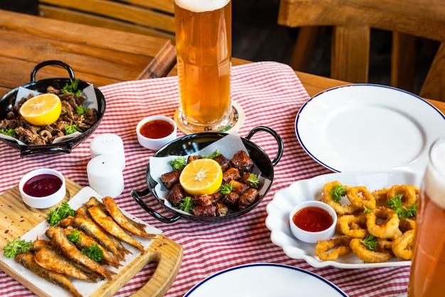 Leckeres fleischmahlzeit-roulette mit zitrone, sprotte und bier
