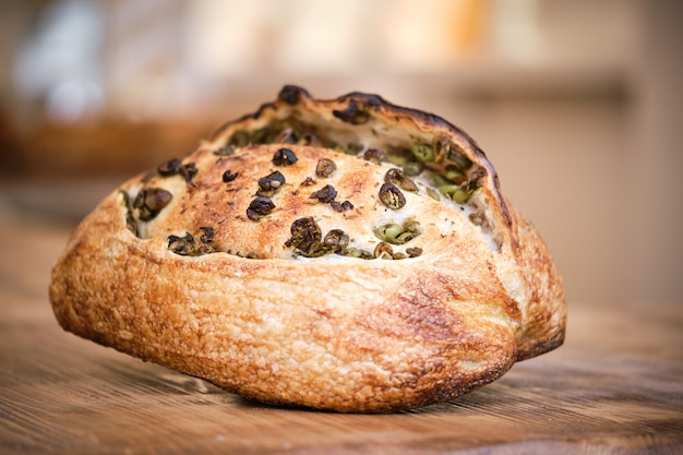 Leckeres frisch gebackenes rustikales brot mit oliven