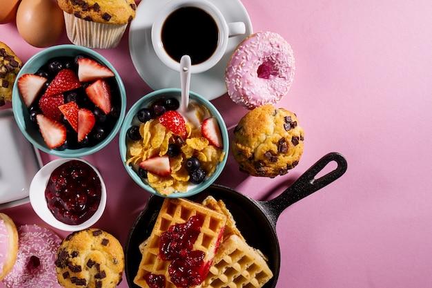 Leckeres frisches frühstück essen zutaten auf rosa hellen hintergrund. bereit zum kochen home gesundes essen kochen konzept.