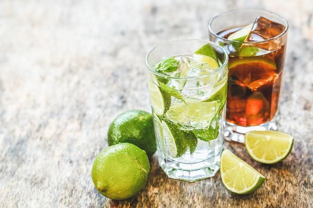 Leckeres, frisches getränk auf dem tisch