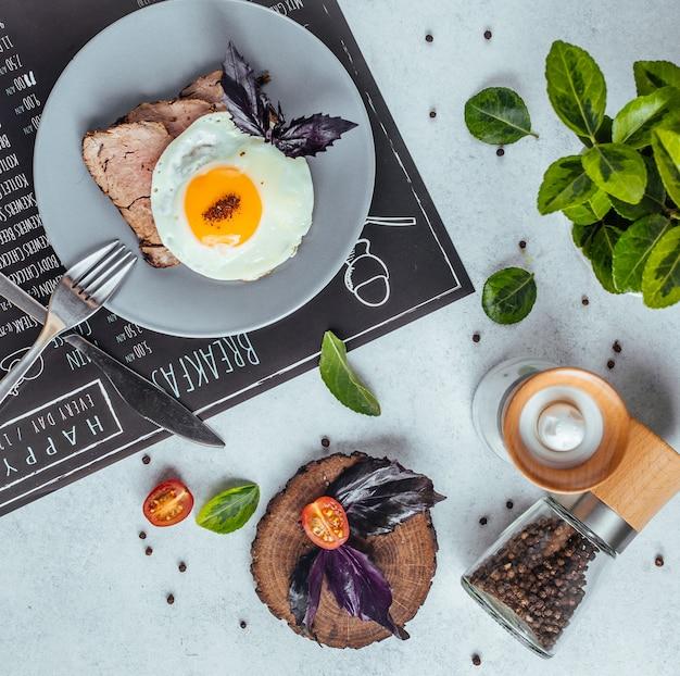 Leckeres frühstück auf dem tisch draufsicht