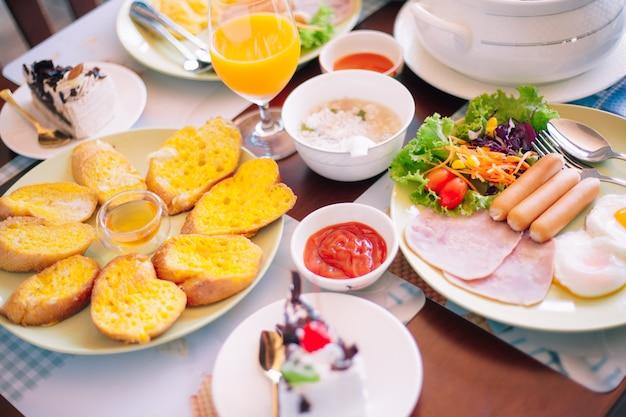 Leckeres frühstück auf dem tisch. leckeres frühstück auf dem tisch