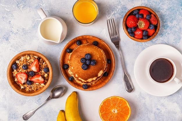 Leckeres frühstück auf einem hellen tisch. ansicht von oben, kopienraum.