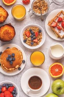 Leckeres frühstück auf einem leuchttisch.