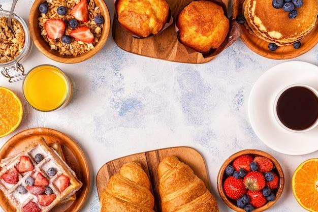 Leckeres frühstück auf einem leuchttisch