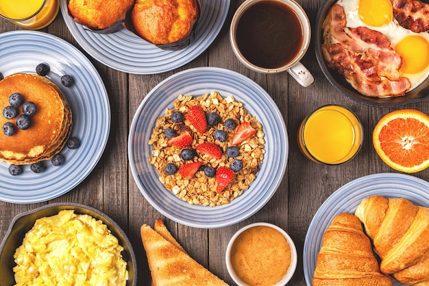Leckeres frühstück auf einem rustikalen tisch draufsicht kopie raum