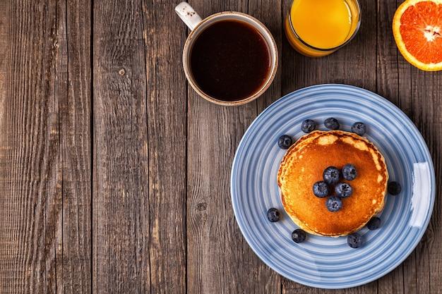 Leckeres frühstück auf einem rustikalen tisch. draufsicht, kopierraum.
