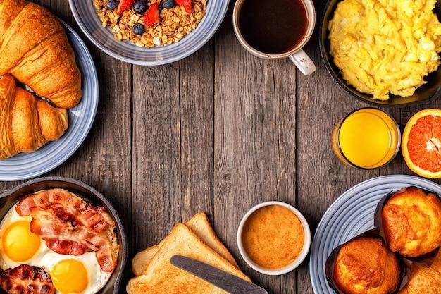 Leckeres frühstück auf einem rustikalen tisch kopierraum der draufsicht