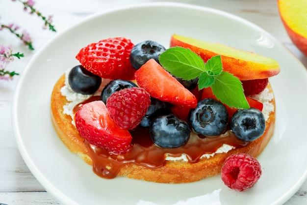Leckeres frühstück, delikatessensandwich toast mit frischkäse oder mascarpone, karamell