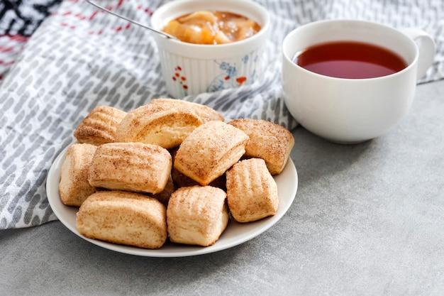 Leckeres frühstück. hausgemachte süße zimtplätzchen und eine tasse tee