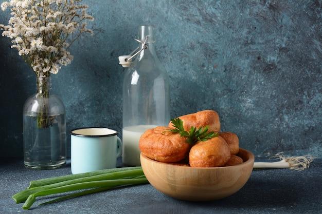 Leckeres frühstück im rustikalen stil. gefüllte brötchen (pirozhki)