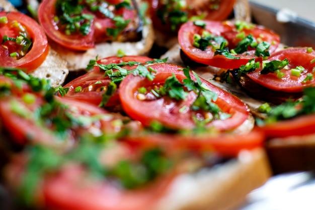 Leckeres frühstück in scheiben geschnitten leckeren toast mit frischem gemüse und gemüse auf silberpfanne