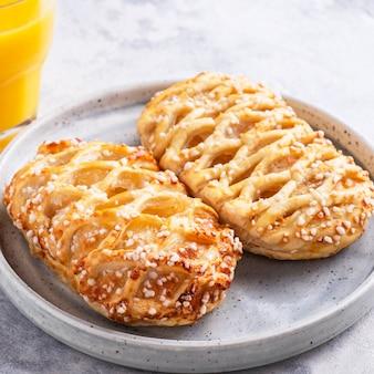 Leckeres frühstück mit apfelgebäck und orangensaft.