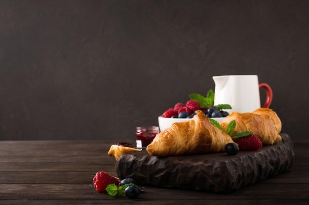 Leckeres frühstück mit frischen croissants