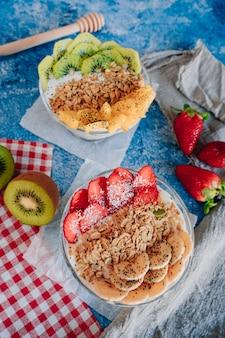 Leckeres frühstück mit fruchtjoghurt, müsli, chia und sirup.