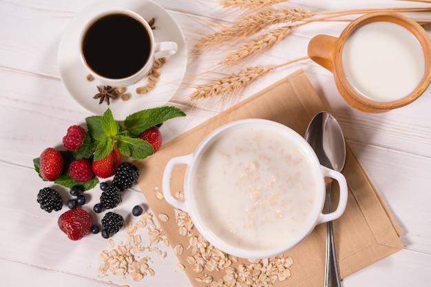 Leckeres frühstück mit haferbrei und kaffee