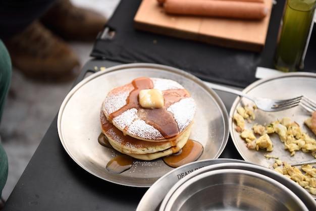 Leckeres frühstück mit pfannkuchen und ahornsirup