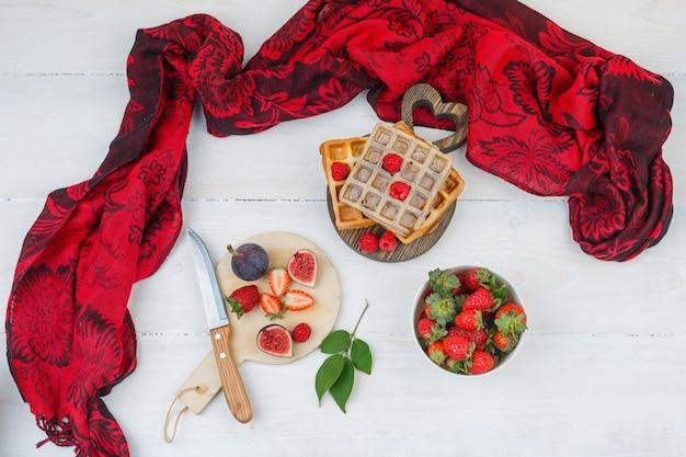 Leckeres frühstück mit waffeln und früchten