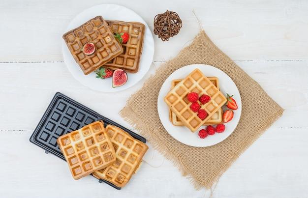 Leckeres frühstück mit waffeln und früchten Kostenlose Fotos