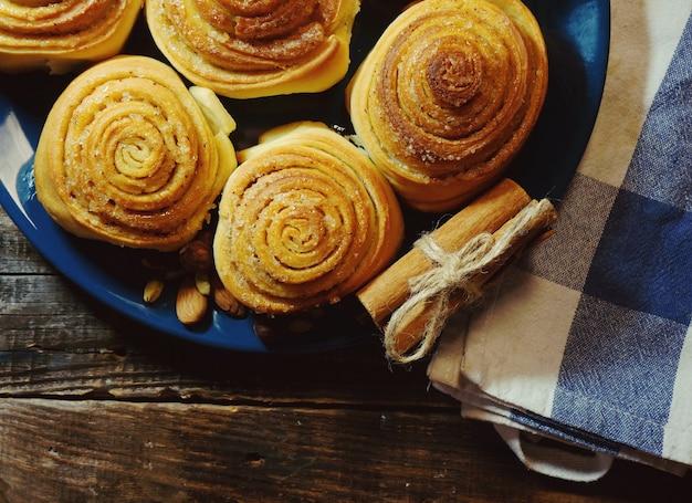 Leckeres frühstück, zimtschnecke mit schokoladenüberzug und eine tasse kaffee