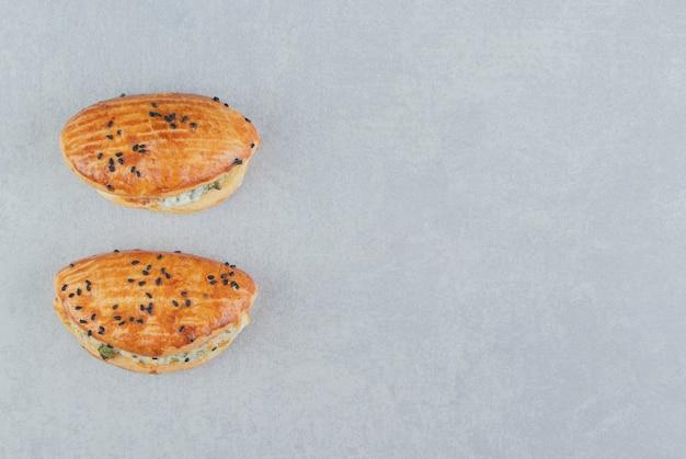 Leckeres gebäck mit käse auf steintisch.