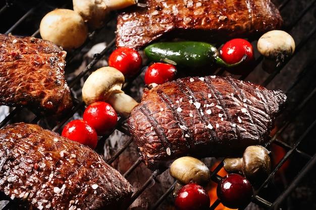 Leckeres gekochtes fleisch mit gemüse auf dem grill