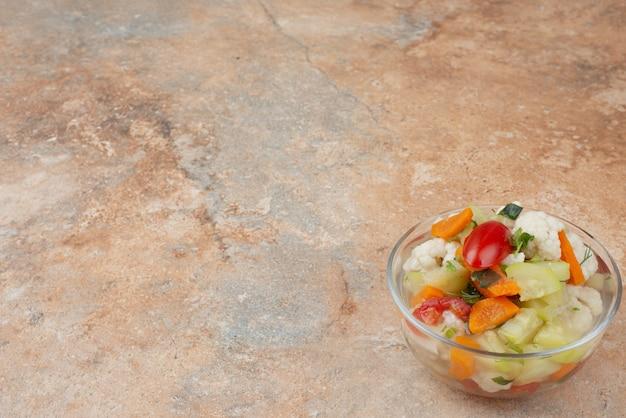 Leckeres gemüse auf glasplatte auf marmor.