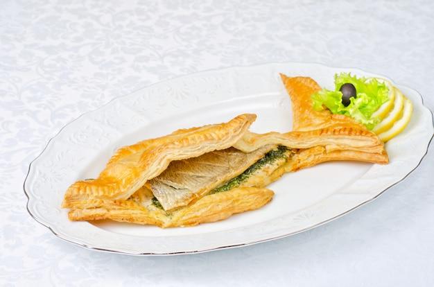 Leckeres gericht von forellenfisch mit gemüse am teig gebacken