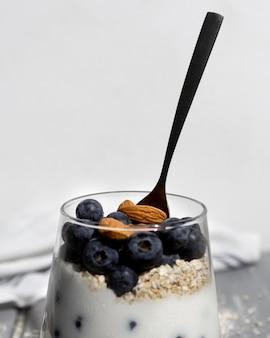 Leckeres gesundes dessert mit blaubeerarrangement Kostenlose Fotos