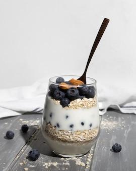 Leckeres gesundes dessert mit blaubeerarrangement