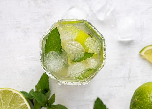 Leckeres getränk mit limette und eisfläche