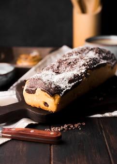 Leckeres hausgemachtes bananenbrot mit schokolade