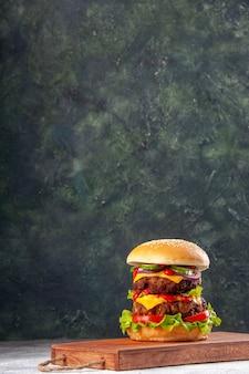 Leckeres hausgemachtes sandwich auf schneidebrett mit seil auf verschwommener oberfläche mit freiem platz gefesselt