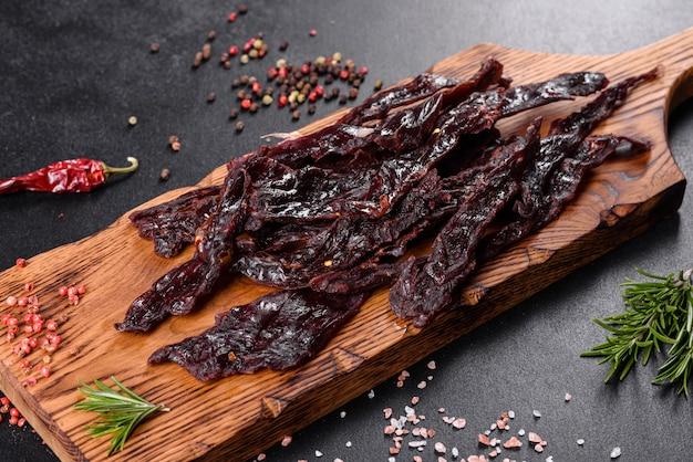 Leckeres, herzhaftes fleisch, gesalzen und mit gewürzen und kräutern getrocknet. schneller und herzhafter snack