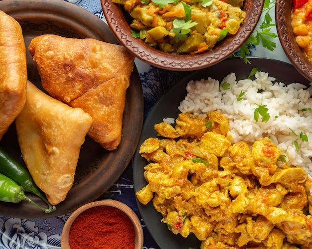 Leckeres indisches essen auf tablett flach lag