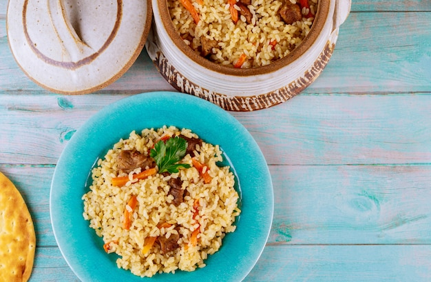 Leckeres indisches mittagessen mit gedünstetem reis, fleisch und karotten
