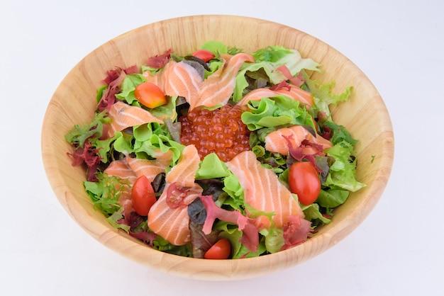 Leckeres japanisches essen in holzschale