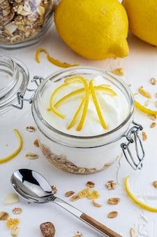 Leckeres joghurtdessert mit frischer zitrone, ohne zucker und müsli.