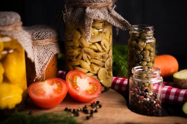 Leckeres konserviertes essen in gläsern