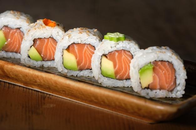 Leckeres lachs- und avocado-sushi