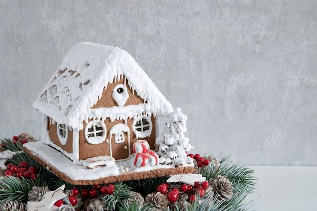Leckeres lebkuchenhaus und weihnachtskranz. weihnachtsbackwaren. neujahr. speicherplatz kopieren.