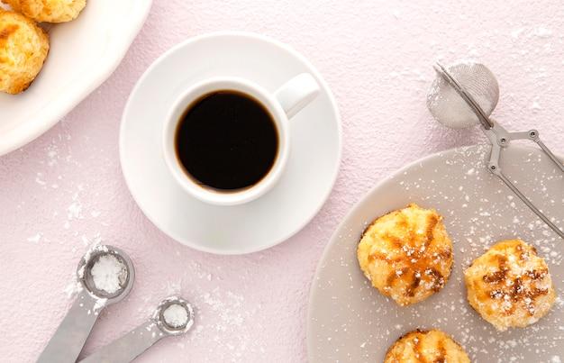 Leckeres mini-gebäck und eine tasse kaffee
