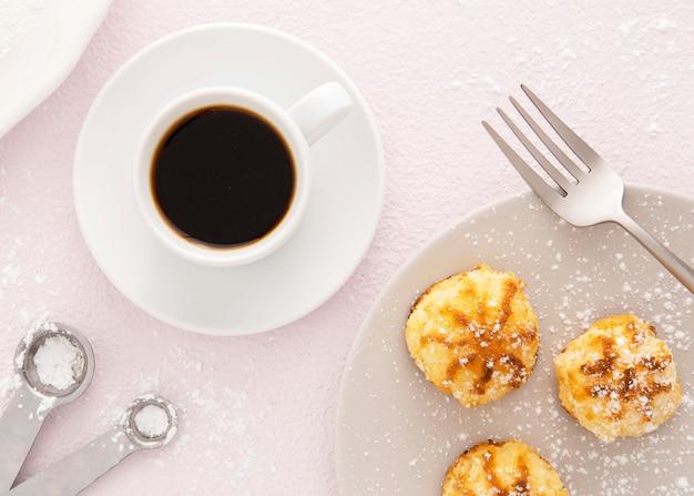 Leckeres mini-gebäck und kaffee