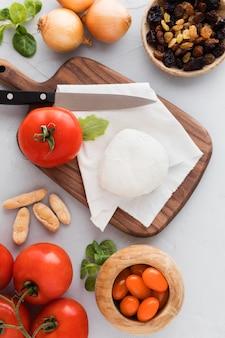 Leckeres morgenmahl mit mozzarella und tomaten