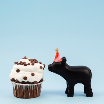 Leckeres muffin und schokoladenschwein der seitenansicht