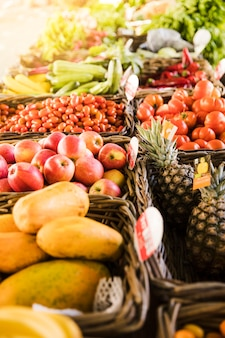 Leckeres obst und frisches bio-gemüse arrangieren sie in reihe im supermarkt