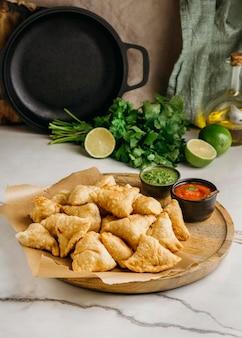Leckeres pakistanisches essen mit sauce high angle